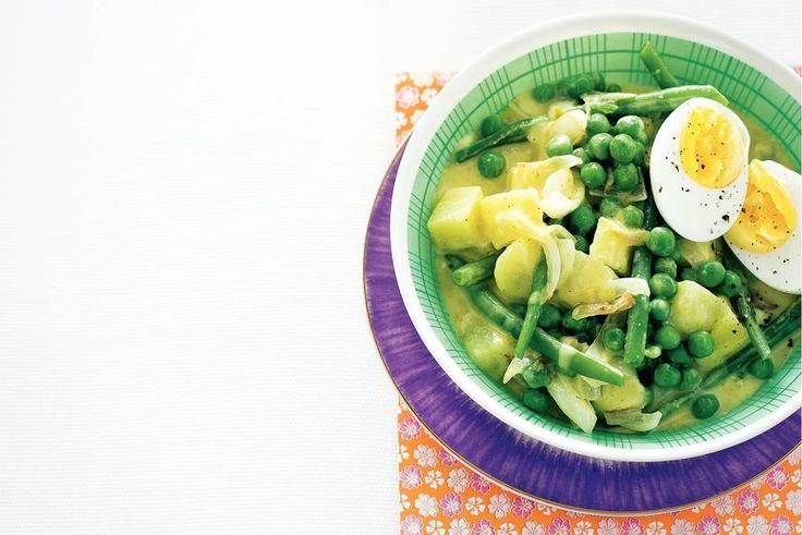 Aardappel-groentecurry; budgetrecept van Allerhande (met aardappel, ui, sperziebonen, tuinerwten, kokosmelk, boemboe groene curry en eieren)