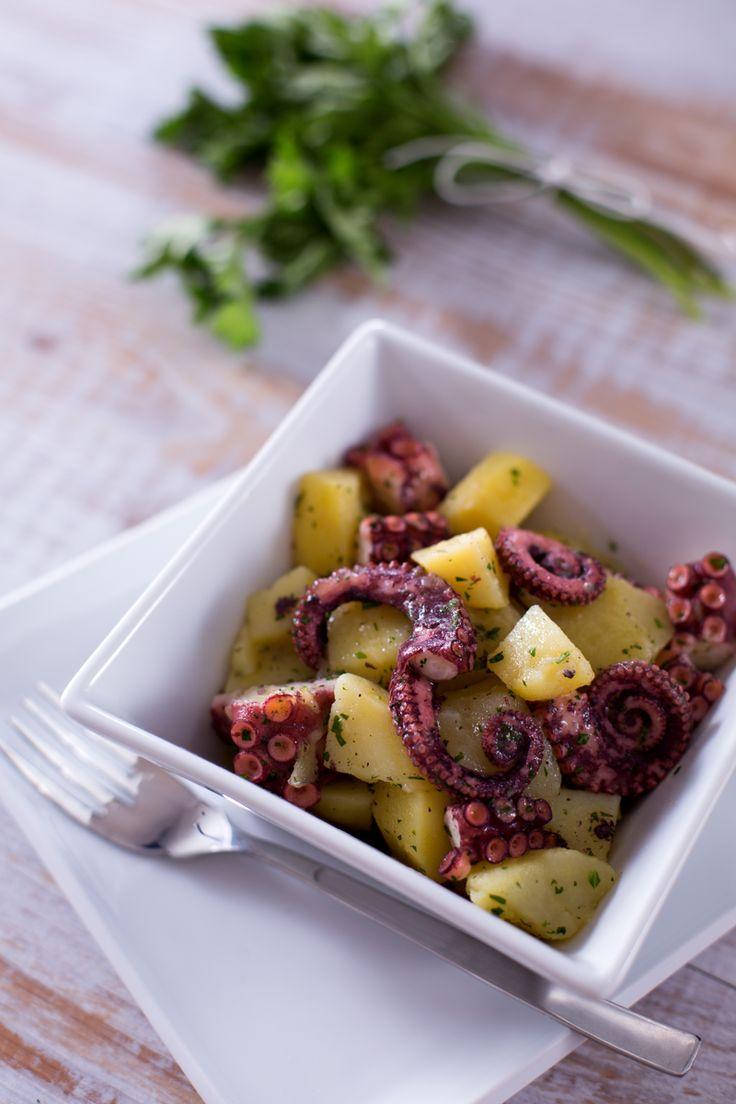 Un binomio che non passa mai di moda: l'#insalata tiepida di #polpo e #patate è un piatto ricco e nutriente che esalta con semplicità i sapori mediterranei! (warm #octopus and #potatoes #salad ) #Giallozafferano #ricetta #recipe #fish #seafood #sea