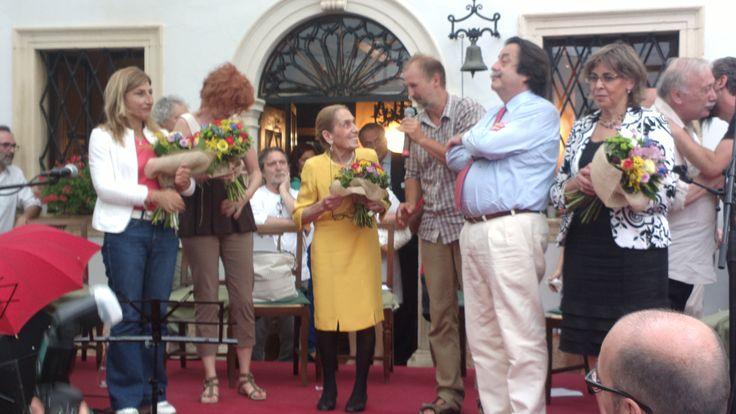 Giuseppe #Trabucchi, ideatore del #premioallapassionecivile applaudito sul palco con la famiglia.