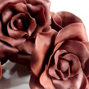Receta de Chocolate moldeable o plástico con tutorial de rosas y flores