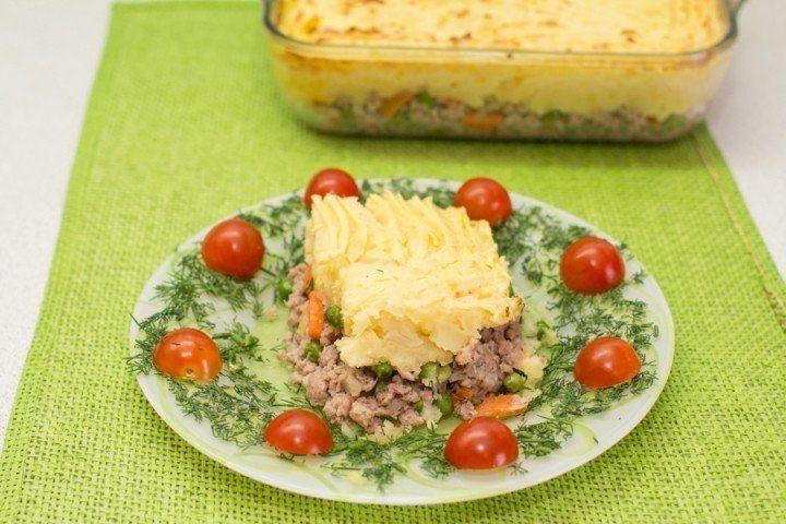 Картофельная запеканка (для детей)    Ингредиенты    -Фарш мясной — 500 г  -Картофель — 1 кг  -Морковь — 1 шт.  -Зеленый горошек (свежий или замороженный)  -Лук — 1 шт.  -Чеснок — 2 дольки  -Яйца куриные — 1 шт.  -Масло сливочное — 30 г  -Масло оливковое — 1 ст. л.  -Соль — по вкусу  -Специи — по вкусу    Приготовление:    1. Подготовить ингредиенты.  2. Лук, морковь и чеснок мелко нарезать.  3. Обжарить на сковороде с добавлением оливкового масла.  4. Добавить фарш и обжаривать все вместе…