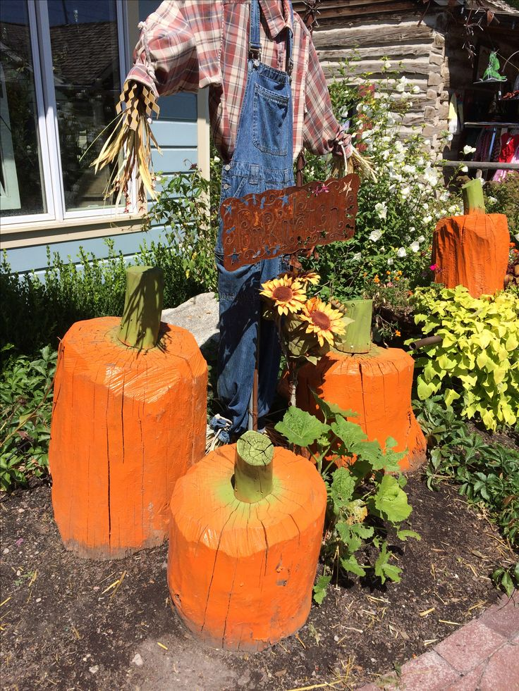 Pumpkins made with tree stumps! Saw these at Gardner Village and want to make them (with a little help from my chain saw wielding husband!)