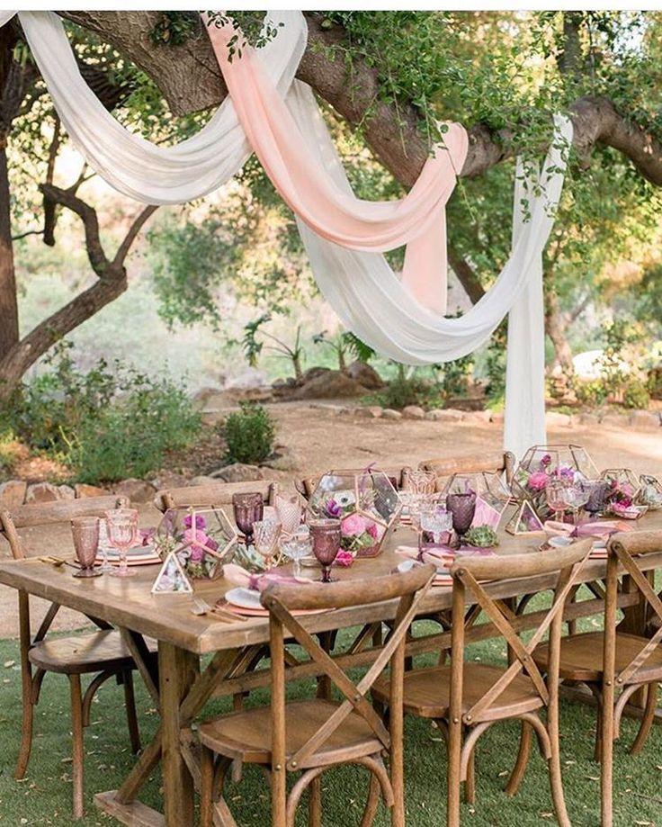 {via @atodoconfetti Instagram} - lenços pendurados + mesa decor, tons pastéis || La mesa está lista, ¿quién se viene? ☺️💕 #bodasheartmade #boda #wedding #decor #weddingdecor #weddingday #weddinginspiration #weddingphotography @kristamasonphotography