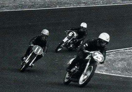 ノービス125ccクラスで先を競い合う25番小島松久(スズキ)、11番生沢徹(トーハツ)、6番青木格(ホンダ)。