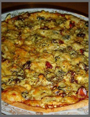 """Пицца из нестареющего """"хрущевского теста"""". Мука — 3 стак. Маргарин — 200 г Сахар — 2 ст. л. Молоко — 1 стак. Дрожжи (сухие) — 2 ч. л. Соль — 0,5 ч. л. Соус (томатный) Сыр твердый — 200 г Сыр плавленый — 100 г Колбаса (копченая куриная) — 150 г Буженина — 150 г Шампиньоны — 70 г Маслины (по вкусу) Перец сладкий — 0,5 шт Лук-порей Приправа (смесь итальянских трав)"""