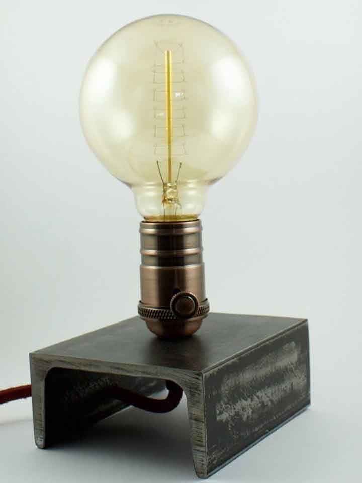 """Artigiano: Elem Creative LabEdison Iron è unalampada da tavolo, in stile vintage ed industriale, realizzataartigianalmente da Elem Creative Lab.Un accessorio d'arredo in stile minimalcon elegante filo in tessuto rosso granata, portalampada in ferro grezzoe lampada modello edison E27 (diametro lampada 9,5 cm) con accensione integrata a rotella.Il modello Edison Iron puo essere personalizzato a richiesta dell'acquirente in modo tale da costituire un""""pezzo unico"""" e di valore.Questo…"""