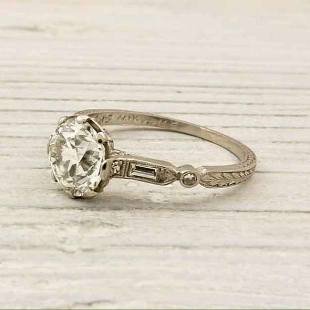 The way there are tiny leaves going around the back of this gorgeously geometric ring. | 40 Vintage Wedding Ring Details That Are Utterly To Die For