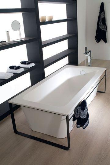 Collection savon noir : reposant sur une structure en acier équipée d'un porte-serviette, baignoire îlot Modul en Krion Stone, L 170 x l 80 x H 48 cm, à partir de 5 032 €, Porcelanosa.