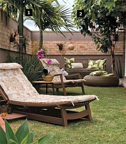 """Ao projetar este jardim, a arquiteta Laciana Taquary (62 3941-3926) procurou fazer um contraponto à arquitetura da casa, """"muito moderna"""", na opinião dos moradores. """"Apostei em móveis de madeira com ares de fazenda e cachepôs de fibra e apliquei tijolos aparentes no muro"""", conta. Em vez de flores, ela priorizou espécies verdes, que exigem menos cuidados, como a palmeira Areca cateca (1). """"Ela parece a palmeira-imperial, mas não cresce tanto: daqui a dez anos, a folhagem ainda estará visível…"""