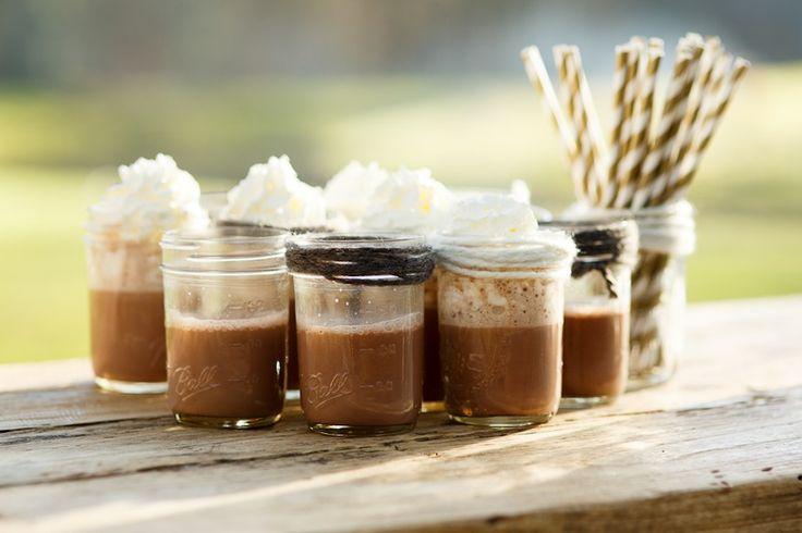 Hot chocolate/warme choco: superlekker op een winterbruiloft (foto door www.monetmine.nl)