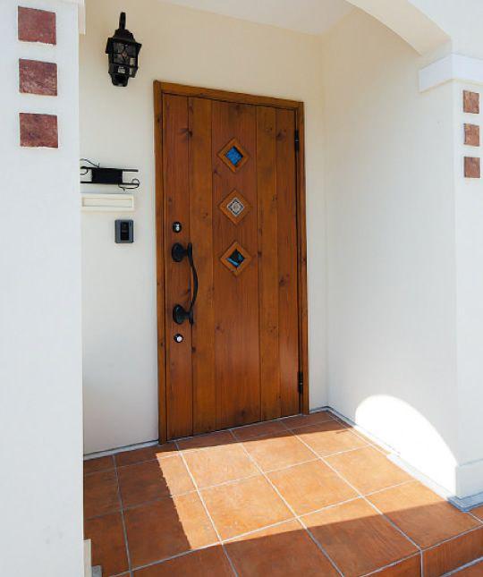 インターデコハウスの「スパニッシュ」は、テラコッタ調のエレメントや塗り壁、洋瓦調の切妻屋根。いたるところにスパニッシュ・コロニアル様式を取り入れた飽きのこないデザインで、開口部のアーチや窓の飾りシャッターがアクセントになります。