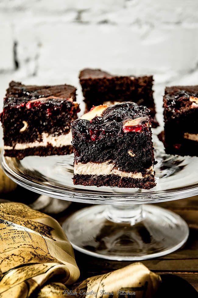 Pyszne, intensywne w smaku, bardzo wilgotne ciasto czekoladowe, a przy tym wszystkich jest mega puszyste! Z kleksami sera waniliowego i frużeliny wiśniowej domowej roboty. Jedne z lepszych czekoladowych jakie robiłam :) Jeśli macie ochotę to możecie zrobić do niego polewę czekoladową, a wtedy to