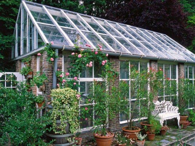 Cette serre a t construite sur place et sur mesure avec des piliers en briques qui supportent - Serre de jardin adossee au mur ...