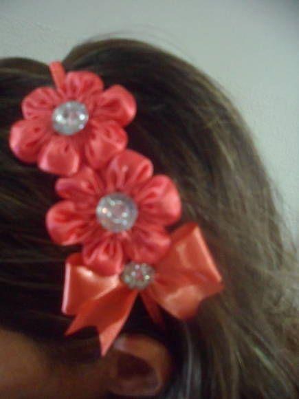 Tiara forrada com fita de cetim , flores e laço de fita de cetim. A tiara não aperta a cabeça. R$ 12,00