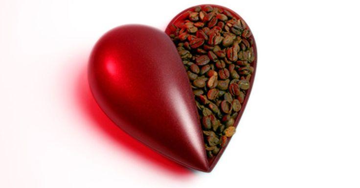 ¿Cuántas arterias hay en el corazón humano?. Un corazón humano típico es un poco más grande que tu puño y pesa alrededor de de media a una libra (0,226 a 0,453 kg). Las arterias del corazón humano, en relación con los capilares del corazón, son de vital importancia en un bombeo diario de aproximadamente 2.000 galones (7,500 l) de sangre.