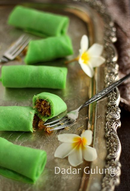 Dadar Gulung (Pancake Rolls with Coconut Filling)