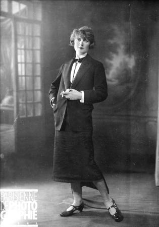 PARIS - GARCONNE  Garçonne. Paris, on 1925.