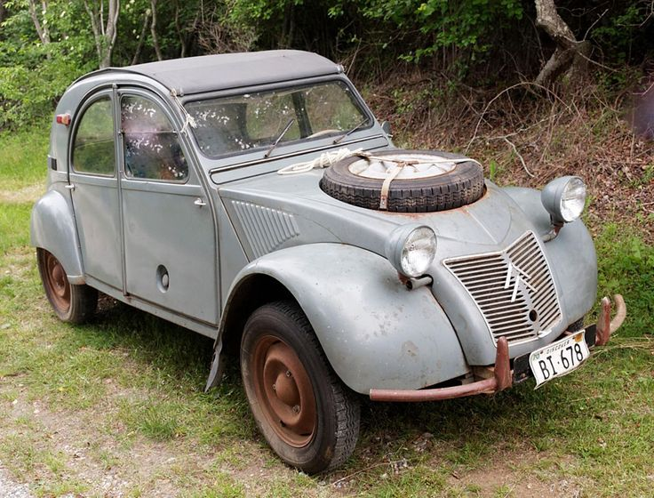 How interesting- a Citroen Sahara, 1965.  Two engines, front and rear.