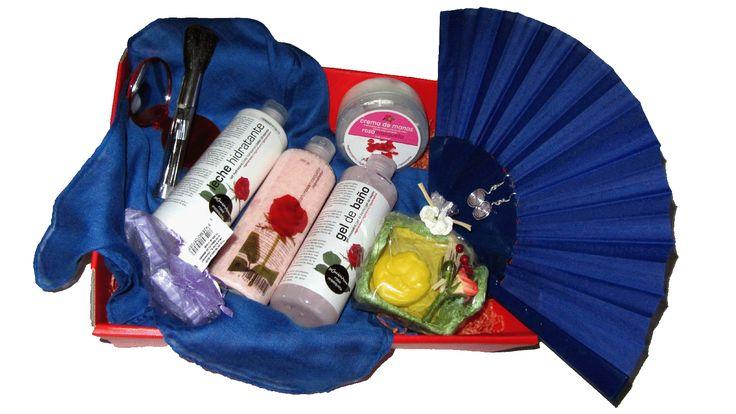 La Cesta Sensaciones Azul, es uno de nuestros productos estrella para mujer. Sorpréndela con este regalo original a domicilio que incluye todo lo que una mujer necesita: pendientes, un fular para las tardes de otoño, crema hidratante, un set de maquillaje, aromas… haz de la Cesta Regalo Sensaciones una experiencia inolvidable. El regalo más romántico para ella.