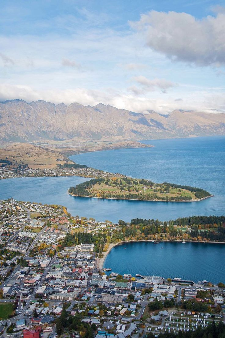 A quick guide to Queenstown, New Zealand.  What to do, where to eat, and how to get there!
