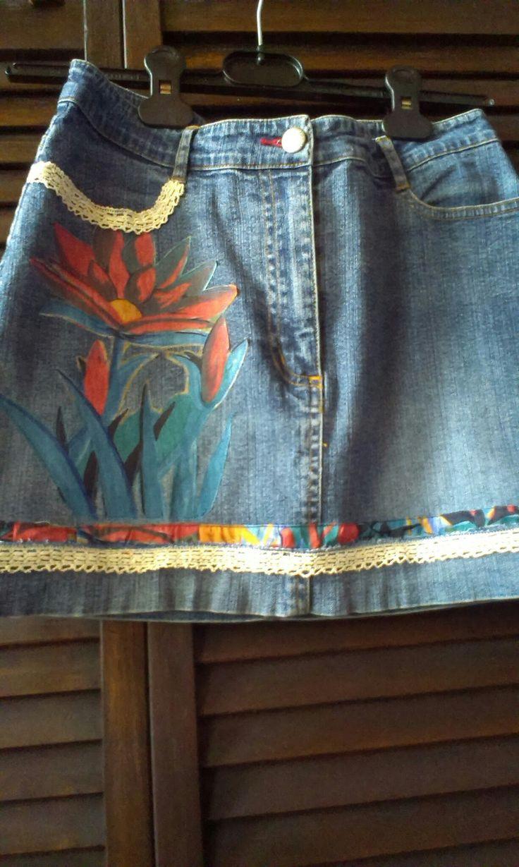 voorkan jeans rok verkort en opgesmukt met kant en bloem is uit een stof geknipt. opgeplakt en nadien er rond gestikt; geen foto van..