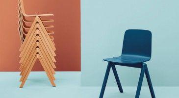 """La solutionOn sort du placard les chaises pliantes, les poufs glissés sous la table basse et les tabourets empilés dans la chambre des enfants.Les invités peuvent arriver, nous sommes parés!Chaise """"Copenhague"""" empilable jusqu'à 8, 240 €, Design Ronan & Erwan Bouroullec pour l'université de Copenhague, Hay sur     Made In Design.com"""