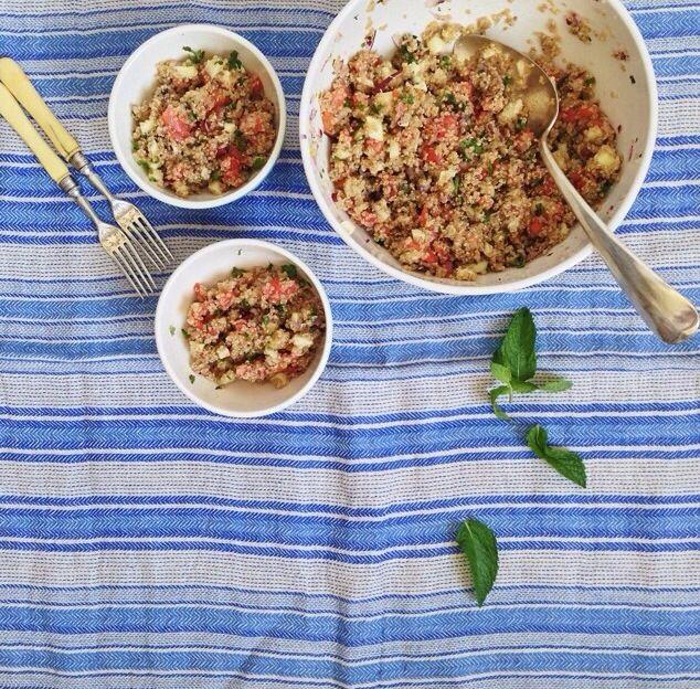 Tabouleh   cocer la quinoa, poniendo el doble de agua o caldo a hervir, y cuando rompa a hervir echar la quinoa y bajar el fuego.Cocer 15m y dejar enfriar  cebolla, tomate, pimiento, menta, perejil   zumo de limón, aceite, sal y pimienta