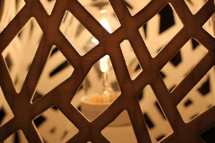 EoN geeft interessante schaduwen geïnspireerd door de natuur. De lamp is nog alleen vandaag te bestellen met persoonlijke voorkeuren in kleur en snoer. Te gebruiken als hang, wand en staande lamp!