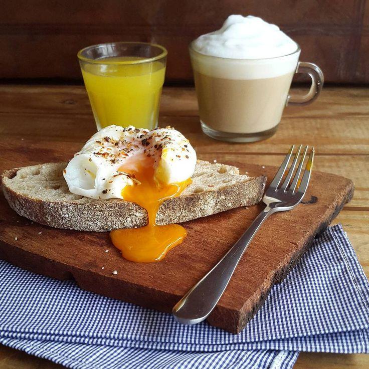¡Buen día y feliz sábado! Hoy arrancamos con una tostada re tranquila con huevito poché, café y jugo de naranja.  Como ya les he contado miles de veces, para hacer eñ huevo simplemente cubren un bowl con film, cascan un huevo, cierran el paquetito uniendo las 4 puntas y lo mandan a una cacerola con agua hirviendo por 3 o 4 minutos.  Esto les permite hacer huevos pochés perfectos, sin ensuciar y haciendo la cantidad que necesiten!  Y ya que estamos, aprovecho de contarles que en un ratito voy…