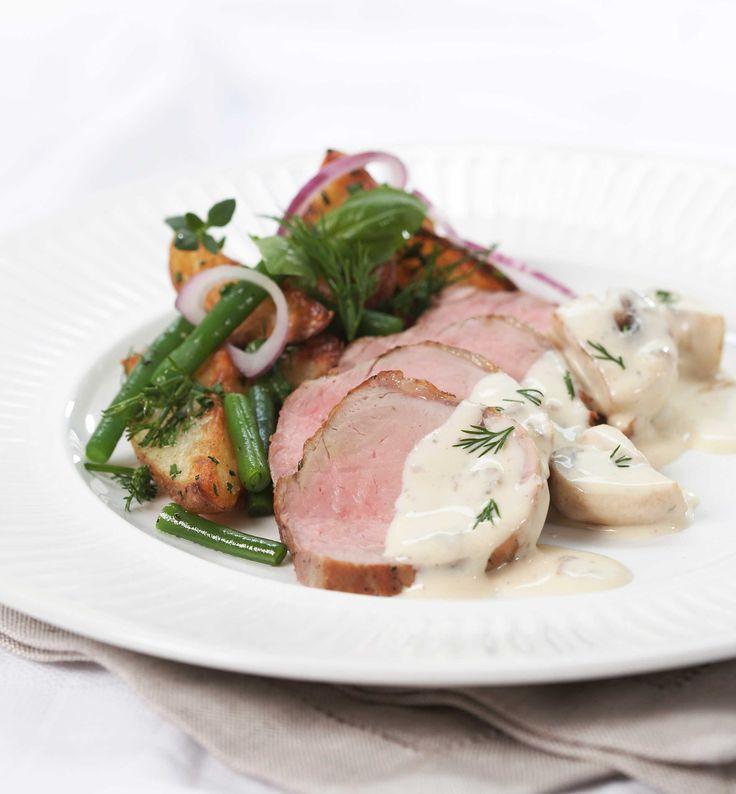 Indrefilet av svin egner seg godt å steke hel i ett stykke eller som biff. Denne delen av grisen er rent, magert (kun 3,6% fett) og gir bemerkelsesverdig mørt kjøtt. Du kan også fint bruke svin ytrefilet i denne nydelige middagen, hvor vi serverer fileten sammen med næringsrike grønnsaker og en svinaktig god soppsaus med sjampinjonger.