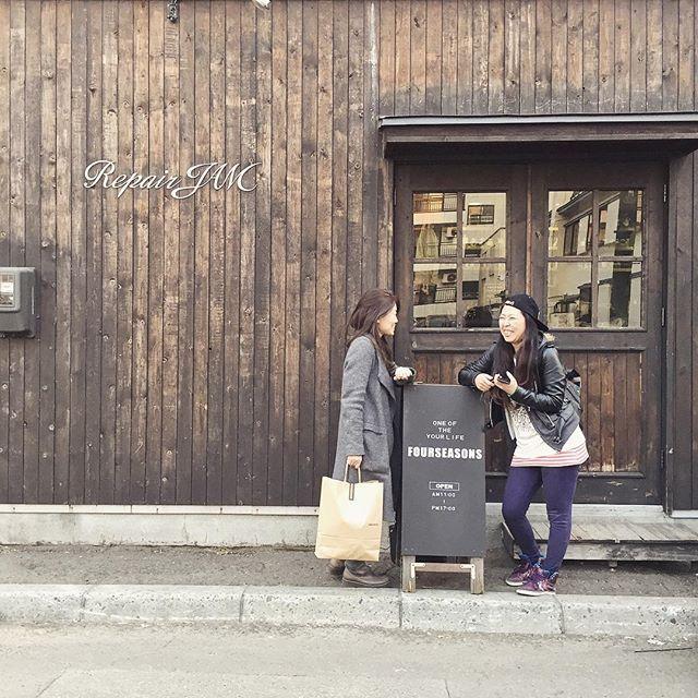 """火曜日、 打ち合わせさせていただきました🤗 """" 犬猫のおやつSIZUKA """"の @rimisizuka さんと いつもお世話になっております @ma_______ri ちゃん と 楽しいイベント企画中です🐶👍🏻 FOURSEASONS 5月の """" イベント """" お楽しみに📢📢🐶 決まり次第、お知らせいたします😆 ・ 打ち合わせ後、 イベント会場となる【 FOURSEASONS 】へ いっぱいお気に入りを 見つけてくださいました😳✨ RIMIさん、MARIちゃん ありがとうございます!😆✨ #snap #犬猫のおやつsizuka #sizuka #fourseasonsevent #5月 #fourseasonsjam #fourseasonsitem  #セレクトショップ #dailyusegoods #lifegoods #jamblend #coffeebeams  #☕️ #靴下 #ラグ #bag #靴 #kitchentools #gift #diy #handmade  #repairjam #リペアジャム #デニムリペア #ジーンズリペア…"""