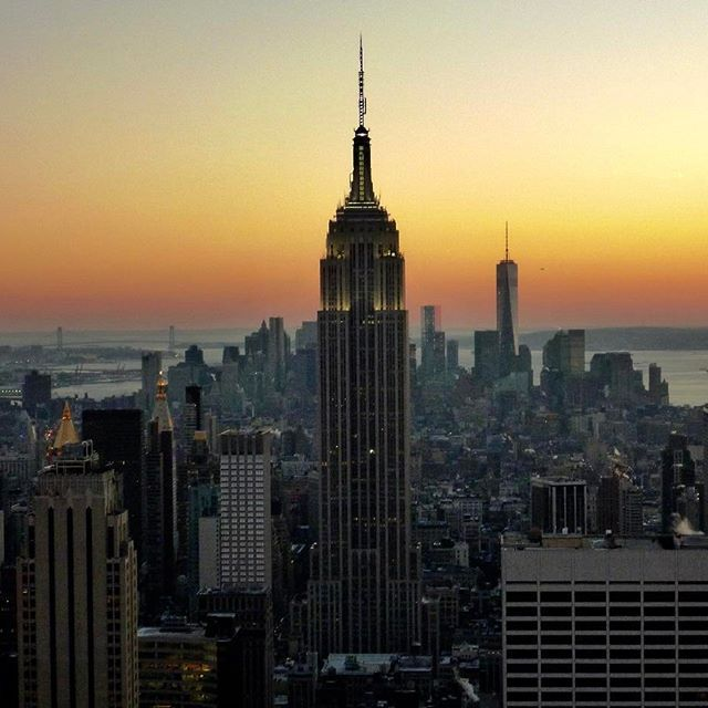 📸: sunset behind the Empire State Building from top of the Rock 🌞🌆 www.thegirlswhowander.com #thegirlswhowander #empirestatebuilding #rockefellercenter #sunset #topnewyorkphoto #newyorkcity #NYC #usa