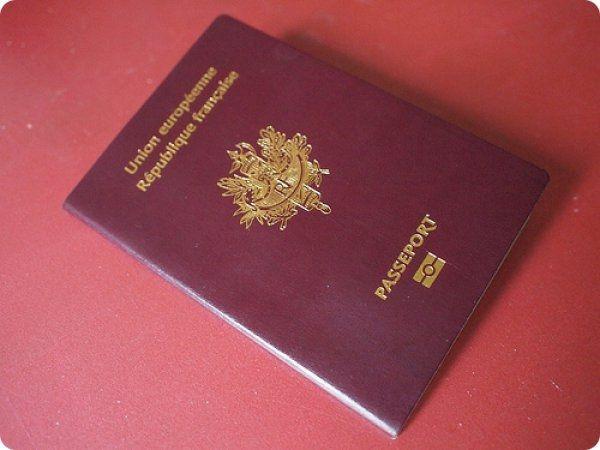 Famille nombreuse.... Une dame va renouveler son passeport. Le fonctionnaire lui demande : - combien d'enfants avez vous ?....