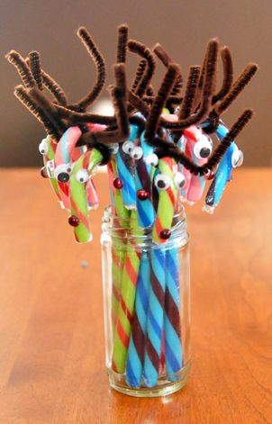 Here's a quick and easy, mess-free craft for the kids this #holiday season - Reindeer Candy Canes! #HolidayCrafts #kidscrafts #Reindeercrafts #crafting