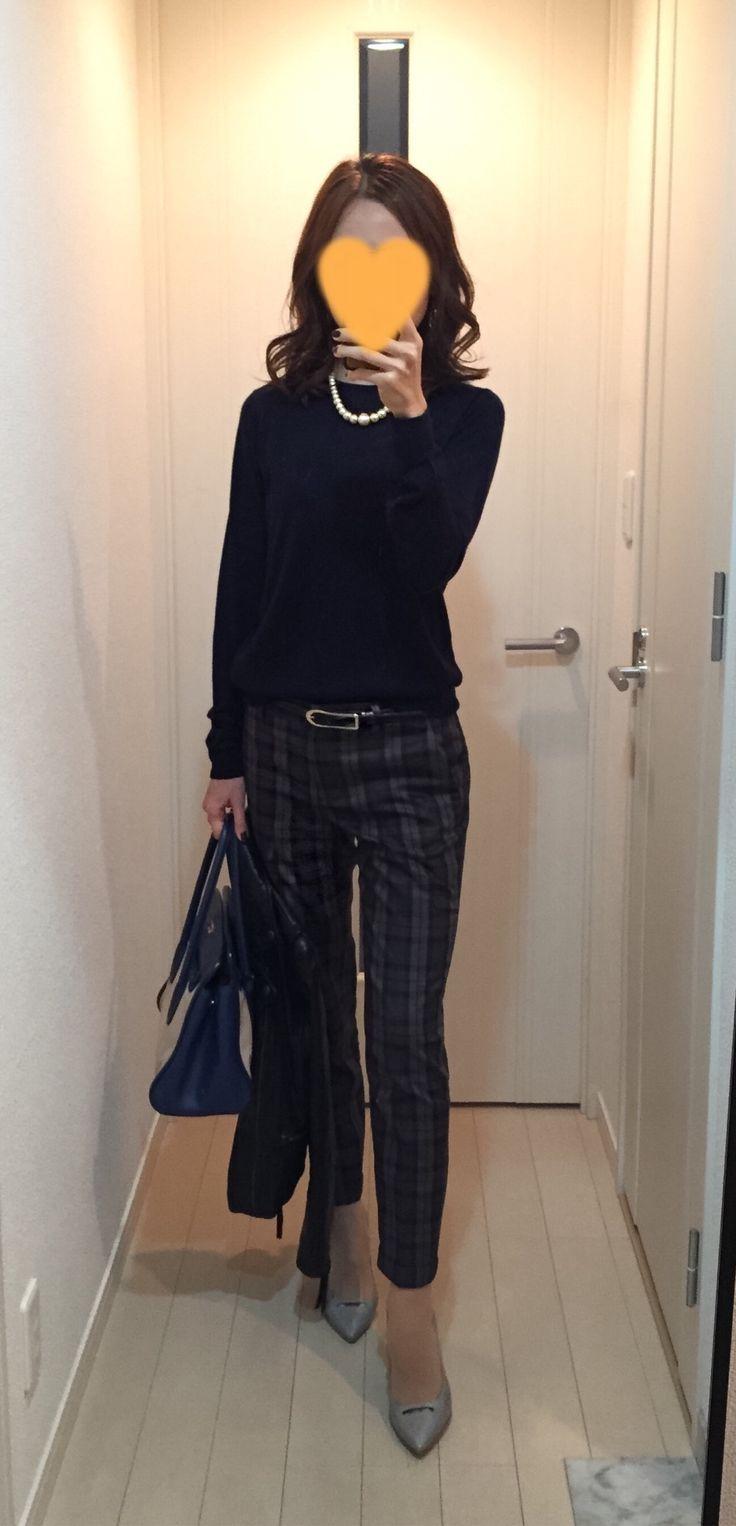 Navy sweater: Drawer, Plaid pants: Tomorrowland, Bag: PRADA, Grey pumps: Pellico