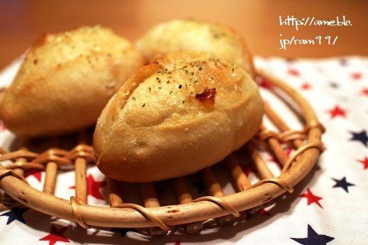 「『大人の硬水』を使って、ガーリックフランス。久しぶりの割には、クープもくわっと開いてくれて。冷めたところでカットしてみたら、超しっとりとしたクラム!うん、美味しいかも。」by.ramさま #エパー #hepar #超硬水 #硬水 #ハードパン #手作りパン #フランスパン