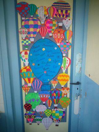 La période 1 se termine, et la déco de porte de la classe est enfin achevée ! Les élèves ont passé plusieurs séances d'arts visuels à la mise en couleur de jolies montgolfières… et grâce à l'aide préc