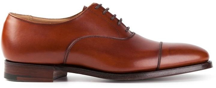 €504, Zapatos Oxford de Cuero Marrónes de Crockett Jones. De farfetch.com. Detalles: https://lookastic.com/men/shop_items/83838/redirect