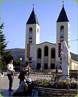 """Medjugorie jest miejscowością w Bośni i Hercegowinie odwiedzaną tłumnie przez rzesze pielgrzymów z całego świata. Według relacji, sześciorga młodych parafian, Matka Boska """"objawia"""" się im codziennie od 24 czerwca 1981 roku na Wzgórzu Objawień. Określana jako Królowa Pokoju lub """"Gospa"""" przekazuje, gronu widzących, orędzia dla Kościoła i świata."""