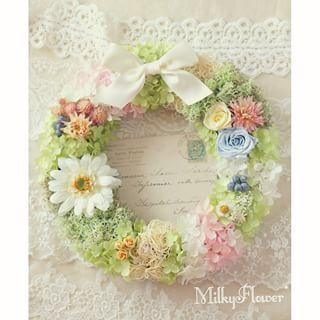 ガーベラとサムシングブルーのナチュラルリース∞  こちらも花冠等のアイテムとご一緒にオーダー頂きました♪ * * ウェルカムリース、ご両親贈呈リース、お世話になったプランナーさんへの贈り物として、お揃いのデザインで、四点お作りしました∞ * * 淡く優しいナチュラルグリーンでふわふわなリースに、明るく咲くホワイトのガーベラとオフホワイト×ベビーピンク、そしてサムシングブルーをミックスしました♪ * * 花材はプリザーブドフラワーで∞ ホワイトサテンのリボンでキュートなおめかしを♪ * * #リース#プリザーブドフラワー#プリザーブドフラワーリース#アジサイ#あじさい#ガーベラ#フラワー#フラワーリース#リボン#グリーン#ナチュラル#ウェディングアイテム#ウェルカムリース#ウェディングフラワー#ウェディング#ウェルカムボード#結婚#結婚式#結婚式準備#結婚準備#披露宴#ブライダル#ハンドメイド#オーダー#wedding#wreath#preservedflower#サムシングブルー#プレゼント#プレ花嫁