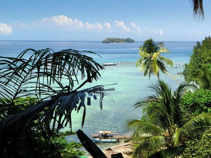 Îlots volcaniques bordés de cocotiers, d'atolls et de barrières de corail, sur l'archipel des îles Togians en Indonésie. Sur https://www.tripalbum.net