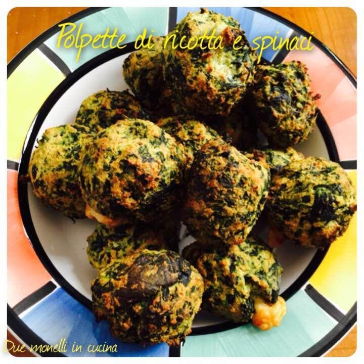 Le polpette di ricotta e spinaci sono un secondo piatto semplice, veloce ed adatto per far mangiare la verdura anche ai bambini. La cottura al forno le rende più leggere delle varianti fritte.