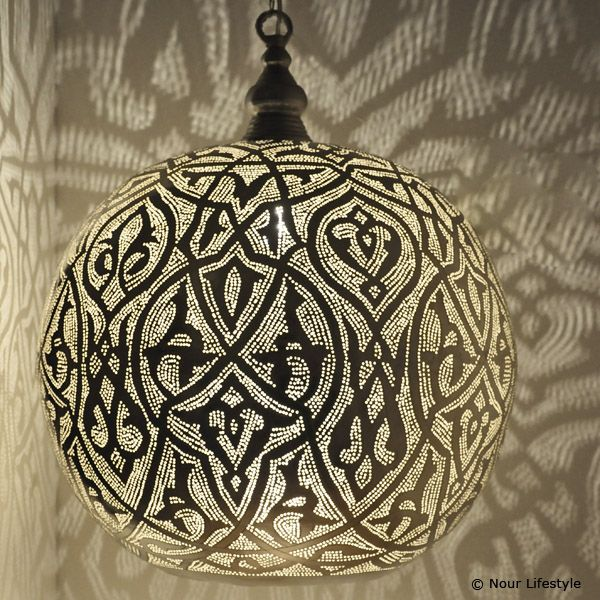 XXL Arabische lamp Isra, hanglamp in bolvorm. Handgemaakte verzilverde lamp met Arabisch patroon en ronde opening aan de onderkant.