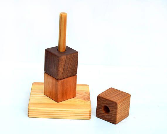 Nos trieuses en bois sont éducatifs jouet Ecologique parce qu'il est fait de bois naturel - noyer, chêne, aulne. Chaque pièce est fabriqué à la main, sablé à la douceur, non coloré et non verni, huilé uniquement avec des huiles de lin naturel. Ce trieur est un jouet parfait! Ma fille de deux ans aime jouer avec ce trieur et parfois elle utilise de petits morceaux de construire «la tour» pour le jeu de l'imagination :)  DIMENSION : -Blocs sont 4 cm x 4 cm x 4 cm (1,5 x 1,5 x 1,5 ) -La…