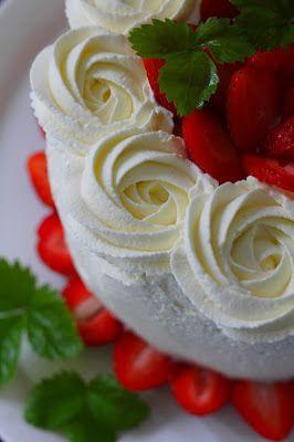 Kakkuviikarin vispailuja!: Perinteinen mansikkakakku