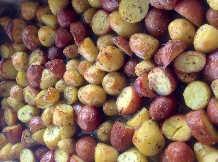 Vandaag simpel, gevulde kipgehaktballen, geroosterde aardappelen uit de oven en mix groenten. Simpel, maar wel lekker. En de gehaktballen die over zijn doe ik morgenmiddag lekker op de broodjes.