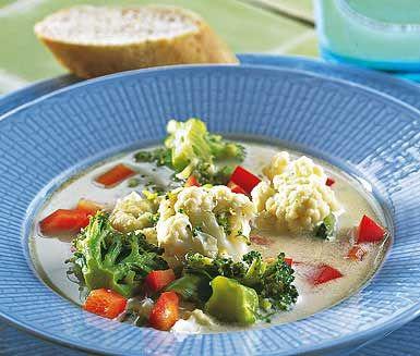 Njutbar, mumsig Augustisoppa. Klassisk blomkål och broccoli kompletterar varandra i en sagolik grönsaksbuljong. Fräsch, modern soppa med crème fraiche, tärnad paprika och strimlad mumsig bacon.