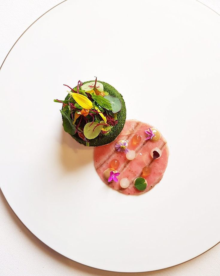 """1,582 mentions J'aime, 4 commentaires – Restaurant Sühring (@suhring_twins) sur Instagram : «Variation of Veal & North Sea Crab 🦀 in combination with """"Frankfurter grüne Soße"""" a traditional…»"""