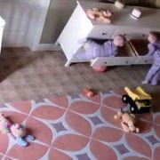 Bebé de 2 anos salva irmão gémeo preso debaixo de armário