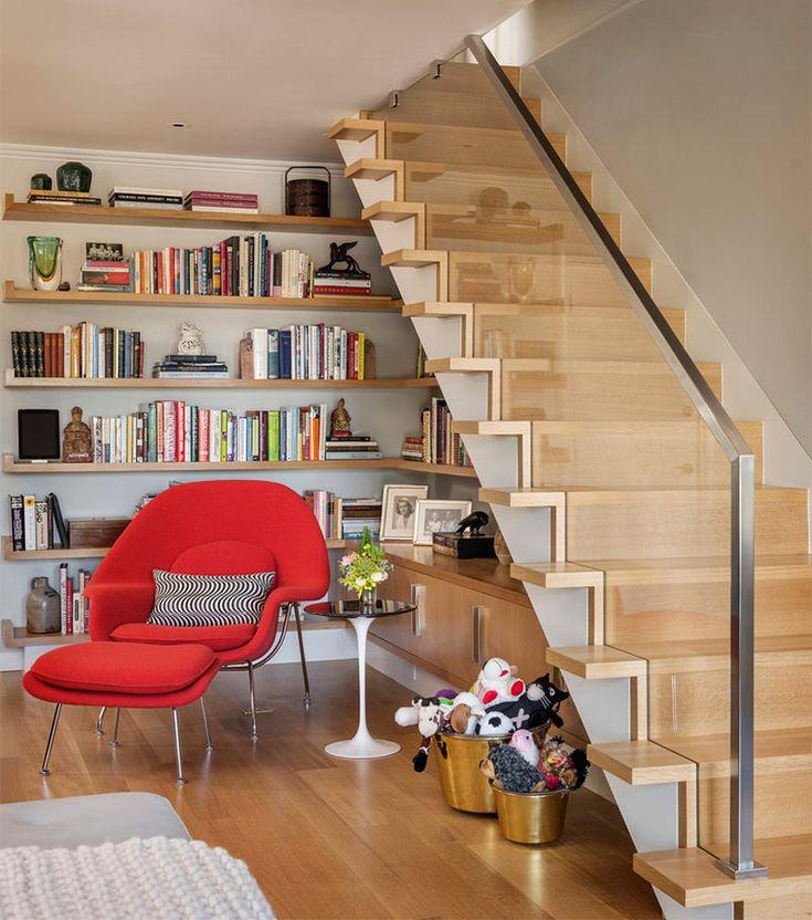 15 bibliotecas e estantes pra ficar debaixo da escada